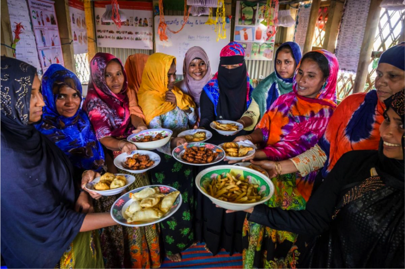世界展望會在孟加拉難民營成立學習中心,兒童與成人都可以學習技能或「父母守則」等課程。(臺灣世界展望會)
