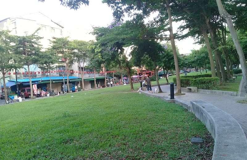 雙連捷運站文昌宮前的大片綠地,相較於心中山的水池地有很大不同。(朱淑娟攝)