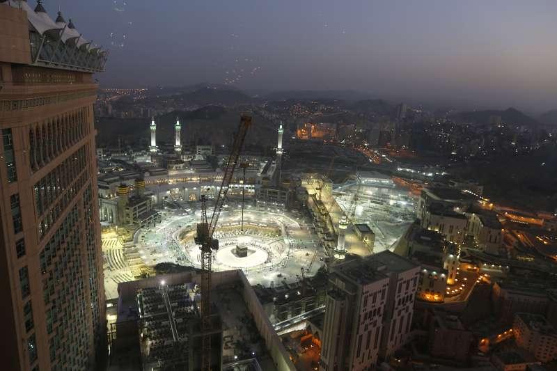 二月底,沙國當局暫停「副朝覲」並關閉麥加大清真寺。(美聯社)