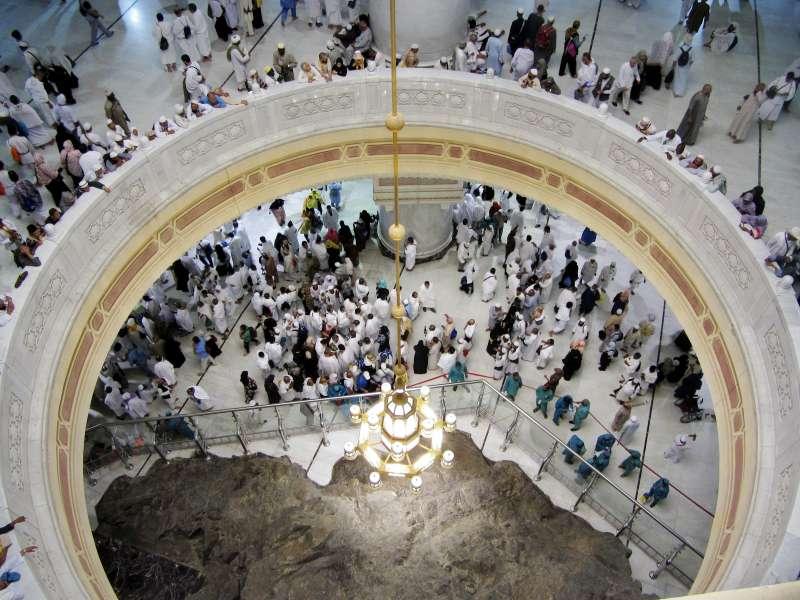 2019年大朝期間,朝覲者在麥加大清真寺內薩法(Safa)小山附近禱告。(美聯社)