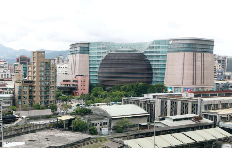 全球最大球體建築「京華城」購物中心,曾經是台灣最夯的逛街地點。(郭晉偉攝)