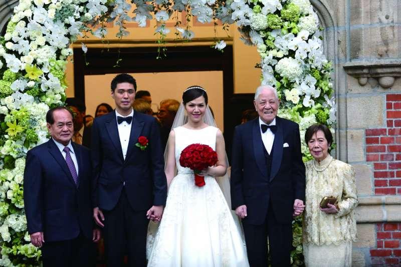 2015年底李登輝(右二)唯一、也是最疼愛的孫女李坤儀(中)出嫁。(新新聞資料照)