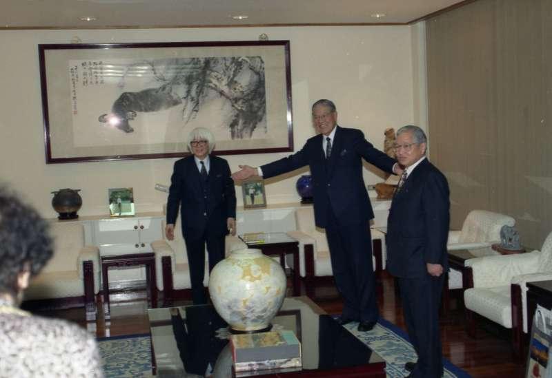 李登輝(中)在1994年底與日本作家司馬遼太郎(左)對談時說出「生為台灣人的悲哀」,在台北政壇引起軒然大波。(國史館提供,《李登輝總統文物》007-030207-00033-006-0003f)