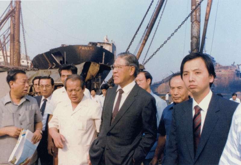 李登輝(右二)坦言:「當副總統我很乖,很多事情裝做不知道。」(翻攝自《李登輝總統照片集》)