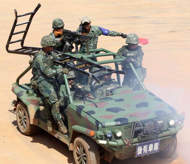 20200624-特戰突擊車在服役之初,整體評價不高,但隨著時間拉長,使用單位對其不斷進行小改款後,如今早已成為具有我特戰部隊風格的車輛;配合此次特1營戰術任務行軍訓練,官兵乘坐突擊車迅速使至目標建物,並以長梯直接攻入2樓(蘇仲泓攝)