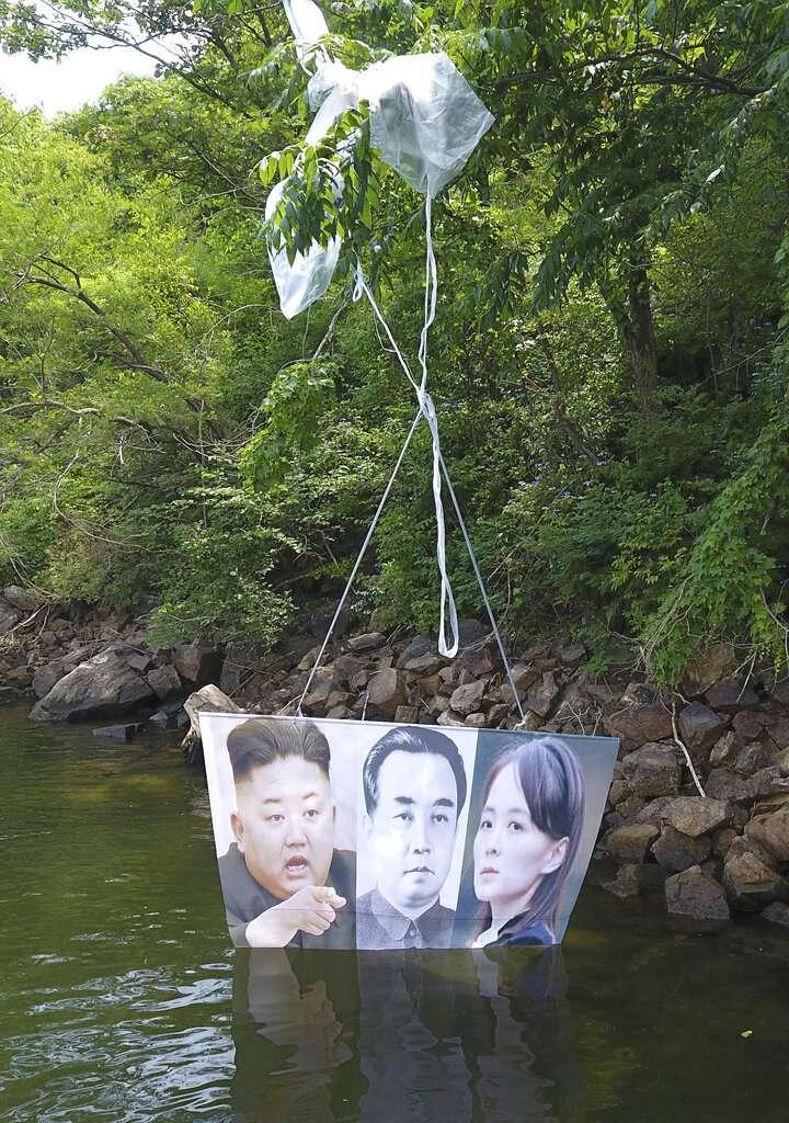 由脫北者團體施放的氣球上,掛著金正恩、金日成、金與正的照片,北韓近來不斷升高兩韓對立態勢,據稱就是為了這種散步反朝文宣的氣球。(美聯社)