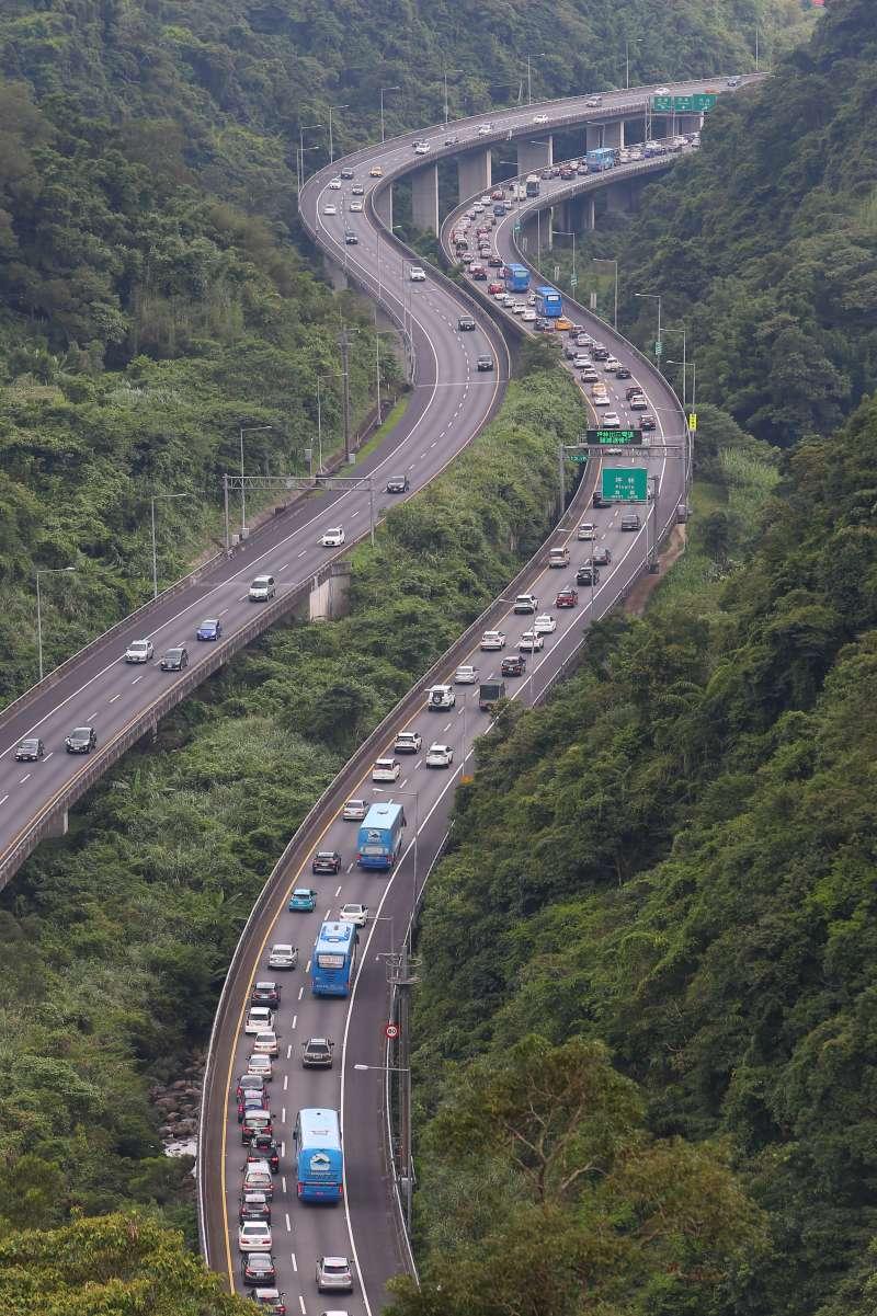 20200625-國道五號坪林段塞車車潮。(直幅,顏麟宇攝)