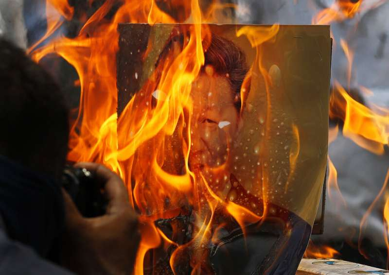 憤怒的印度民眾正在焚燒習近平的照片。(美聯社)