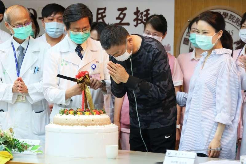 台大醫院為新冠肺炎重症患者舉行重生慶生會。(柯承惠攝)