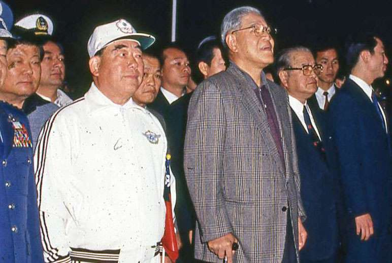 李登輝(中)與郝柏村(左)曾共享權力,但後來仍決裂。(新新聞資料照)
