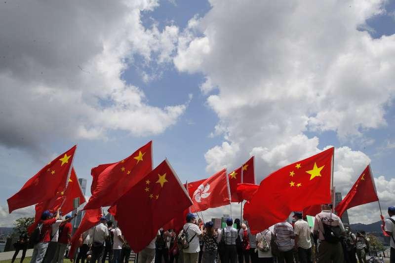 香港國安法:中國五星旗與香港紫荊花旗(AP)