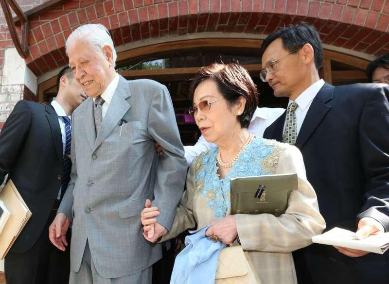 曾文惠(中)因記憶衰退,常常忘記李登輝(左)正在住院。(新新聞資料照)