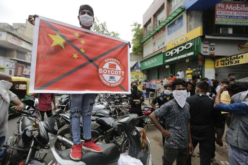 中印衝突後,示威民眾要求抵制中國。(美聯社)