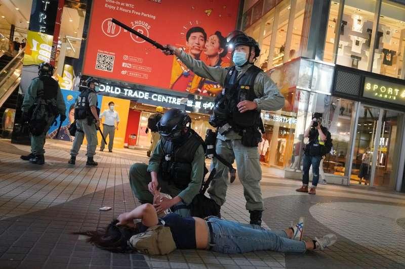 本月稍早,在抗議香港國安法的示威活動中,警方逮捕了一名香港抗議者。(AP)