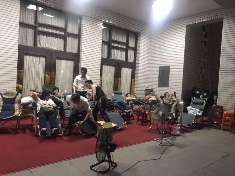 民進黨立委為了避免國民黨再次佔領議場,準備持續24小時在議場門前排班留守。(黃信維攝)