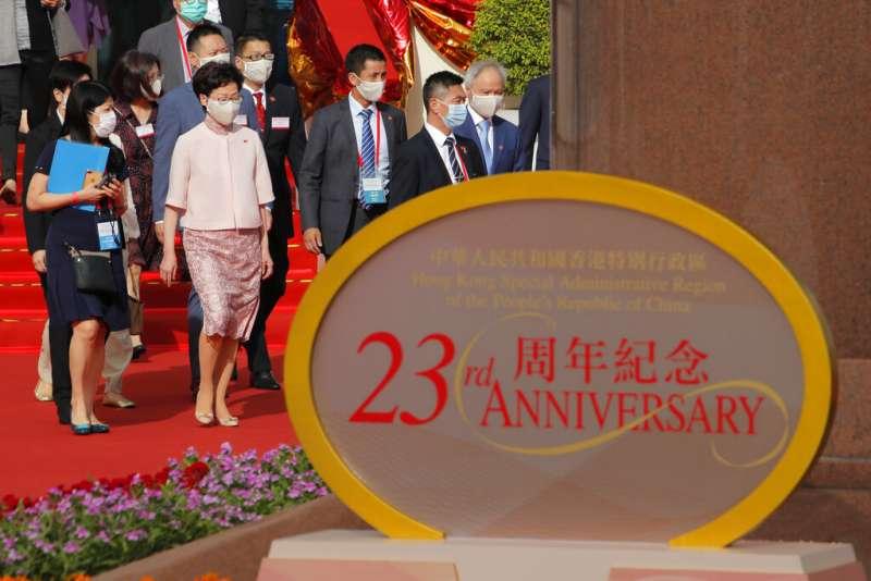 香港特首林鄭月娥與港府官員、代表歡慶回歸祖國23週年,但香港社會卻因為「港版國安法」的通過陷入低氣壓。(美聯社)