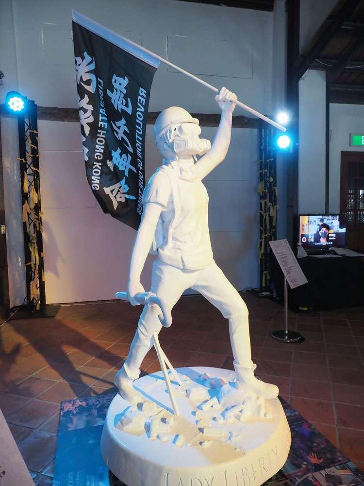 「穿石」展覽作品:網友共同討論、設計的香港民主女神像,象徵港人勇於發聲的精神。 (林瑞慶攝)