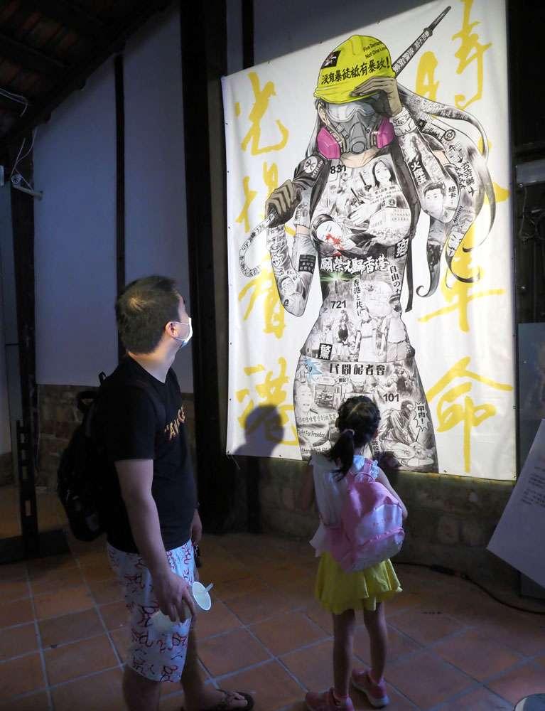 反送中抗爭中的藝術作品,目前在台北剝皮寮歷史街區展出。(林瑞慶攝)