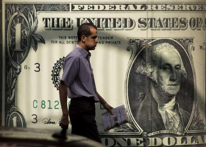 放眼2021年的美國經濟,聯準會的最新預估下調了經濟成長率與通膨,同時上調失業率。(美聯社)
