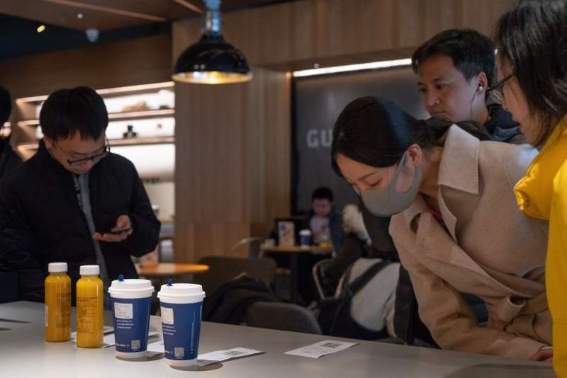 2月,北京一家瑞幸咖啡內的顧客。(YAN CONG FOR THE WALL STREET JOURNAL)