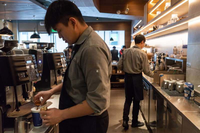 2月,北京一家瑞幸門市的咖啡師在製作咖啡。(圖片來源:YAN CONG FOR THE WALL STREET JOURNAL)