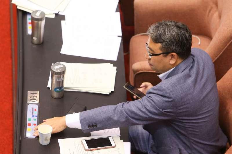 20200702-立法院2日審查「農田水利法」,民進黨立委黃世杰投票皆棄權。(顏麟宇攝)