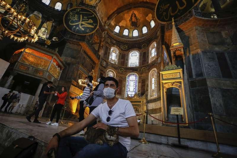 新冠疫情期間,遊客造訪聖索菲亞大教堂博物館。(AP)