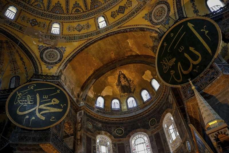 拜占庭時期興建的聖索菲亞大教堂,被土耳其蘇丹改為清真寺。圖中黑色圓形裝飾著阿拉伯文的「阿拉」、「穆罕默德」字樣(AP)
