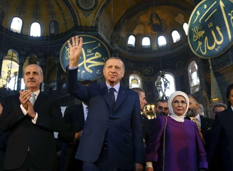 2018年資料照,土耳其總統艾爾多安與妻子參觀聖索菲亞大教堂博物館。(AP)