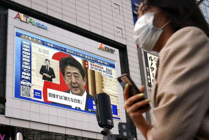 安倍晉三的首相之路亮起紅燈,主要媒體做的民調支持率皆在下降,呈現就職以來最低水準。(美聯社)