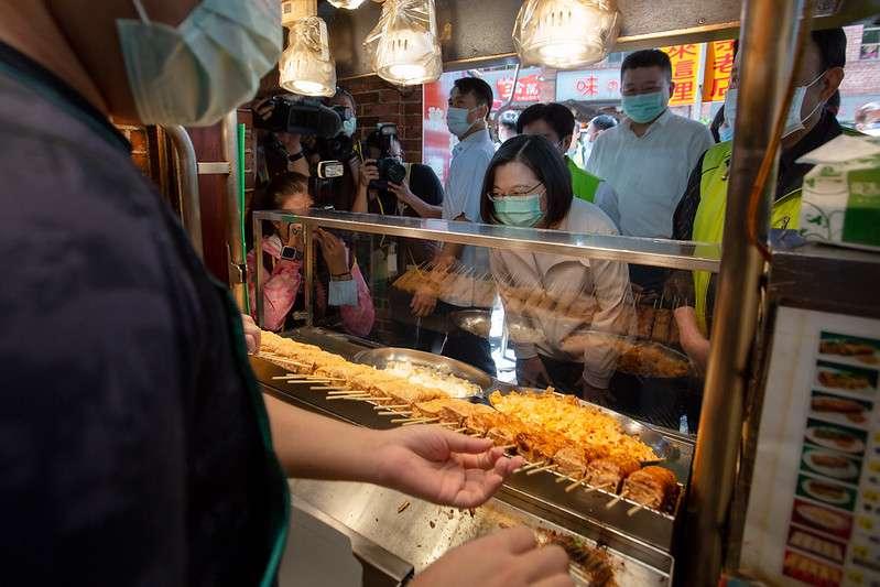 20200703-總統蔡英文(見圖)3日走訪金大鼎串烤香豆腐、阿珠芋圓及王水成臭豆腐店。(取自總統府)