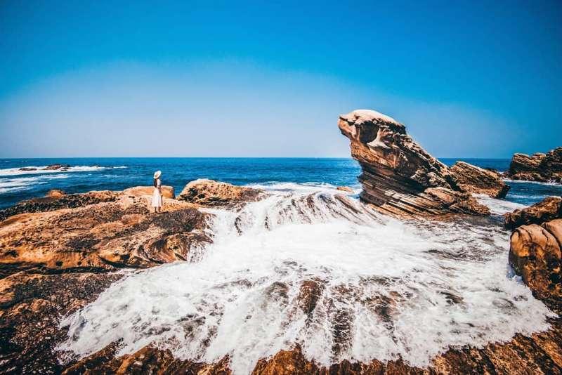 雪白浪花打在海狗岩旁,看起來十分壯觀。(圖/IG@tw.carina)