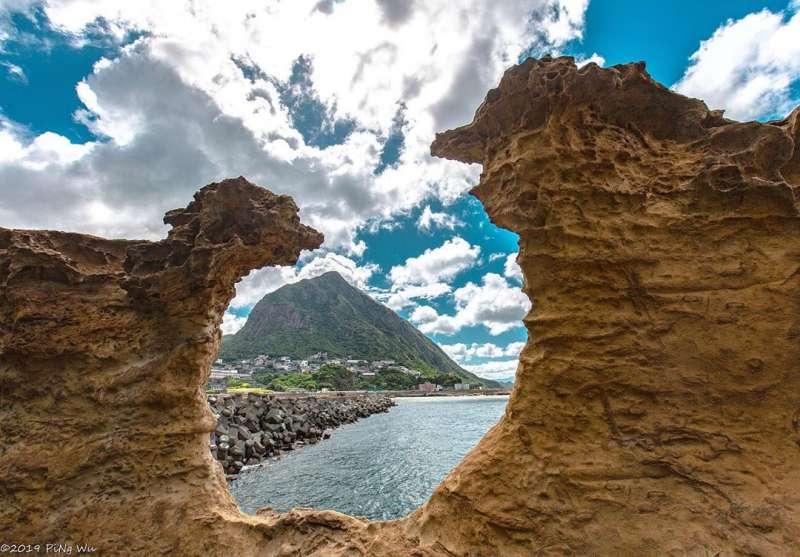 奇岩的形狀像極了小綿羊(左)與大野狼(右)。(圖/IG@ tw.plover319)