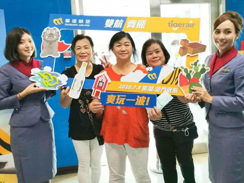 20200705 搭乘首航的旅客開心與紀念背板合影留念。(圖/台灣虎航提供)