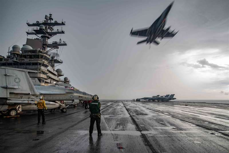 美軍在中國於南海軍演之際派2艘航艦雷根號與尼米茲號前往當地演習叫陣,戰鬥機與電戰機日夜從2艘航艦上起降,模擬對敵方發動不間斷的持續攻擊。(美軍雷根號航母臉書)