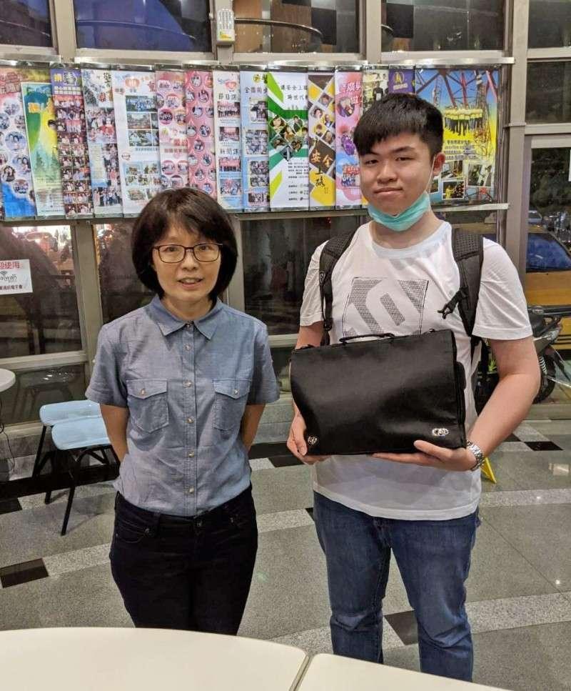 台北城市科技大學應外系老師陳乃慈(左)與學生蕭博允(右),到警廣領回日籍律師伊東香保遺失的黑色包包,並承諾待疫情解禁要親自返還。(圖/城市科大提供)