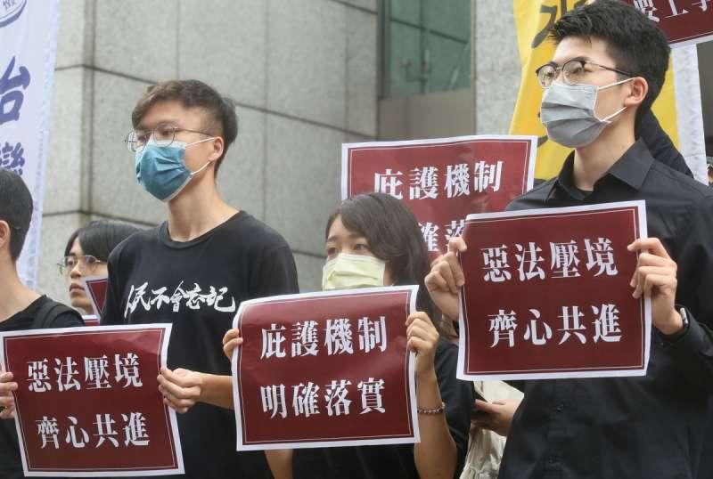 香港邊城青年等團體於台北的香港經貿辦事處前舉行記者會,提出三訴求,呼籲台灣政府立即明確落實庇護機制。(柯承惠攝)