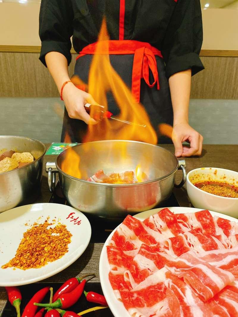 秘制火焰牛/豬:牛五花或豬五花、淋上秘制紅油加上高梁點火燃燒,讓酒香、肉香、麻辣香融為一體。(圖/紅九九提供)