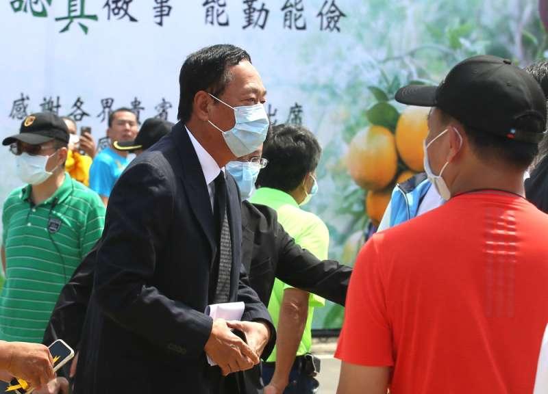 鴻海集團創辦人郭台銘(左)親自到場致哀。(柯承惠攝)