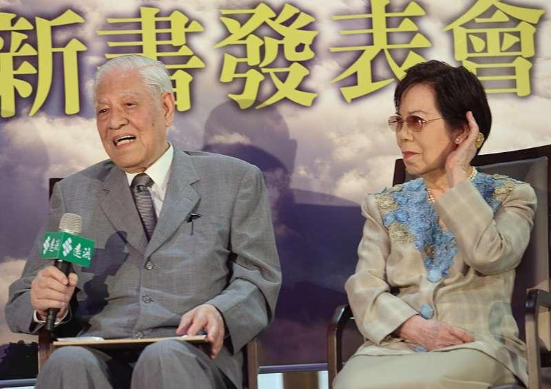 曾文惠(右)會鍥而不捨地「收繳」李前總統(左)的「私房錢」。(新新聞資料照)