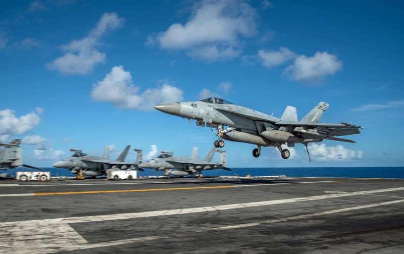 美國海軍的航空母艦用艦載機F/A-18「大黃蜂」,是全天候對空/對地的中型多用途戰機。(翻攝自USS Nimitz (CVN 68) 臉書)