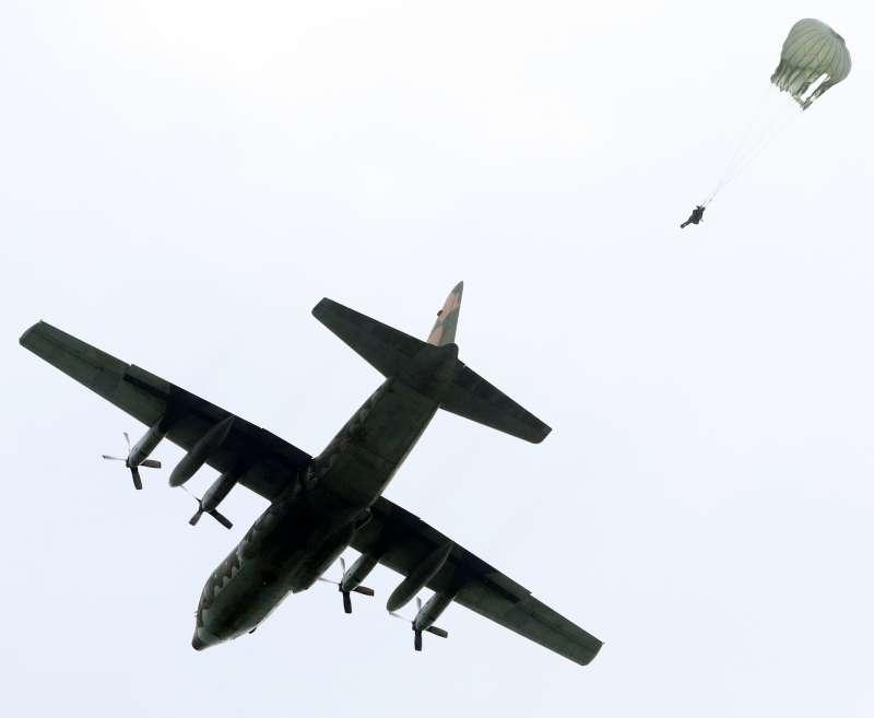 20200708-陸軍特戰傘兵部隊執行跳傘任務。(資料照,蘇仲泓攝)