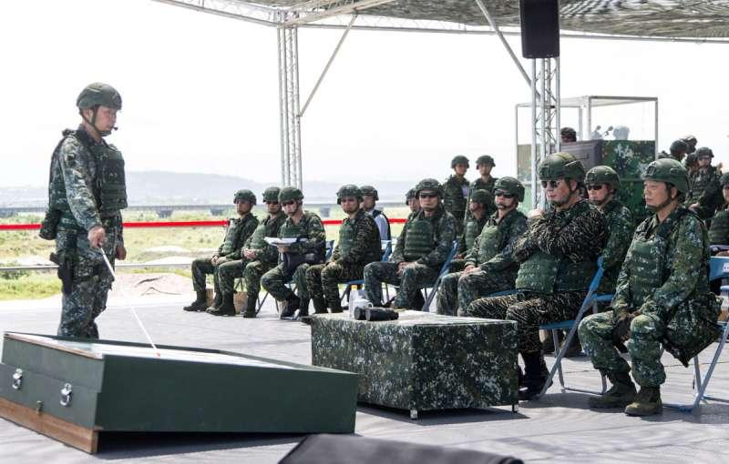 參謀總長黃曙光(右二)視導「漢光演習」整備實況。(軍聞社提供)