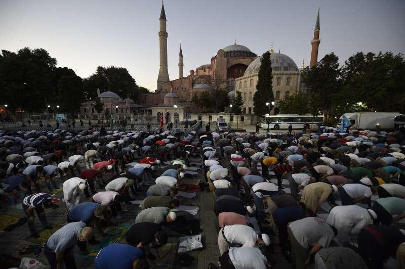 2020年7月10日,土耳其總統艾爾多安下令將聖索菲亞教堂博物館改回清真寺用途,圖為在館外禮拜的穆斯林信眾。(AP)