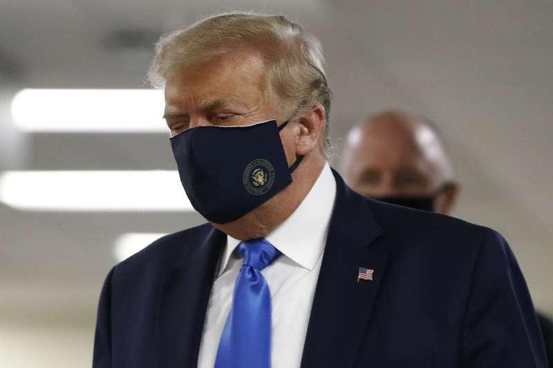 2020年7月11日,新冠病毒肆虐美國近半年,川普總統終於在公開場合戴上口罩(AP)