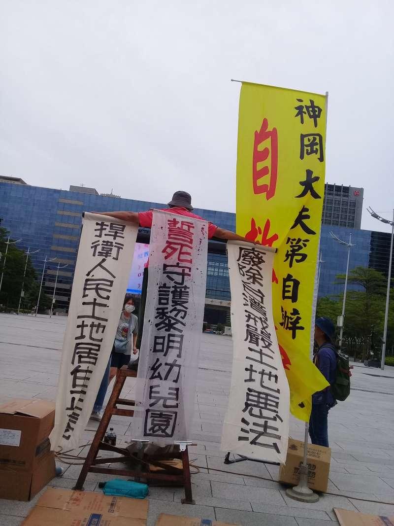台中黎明幼兒園在台中市政府前陳情已進入第七天。(資料照,朱淑娟)