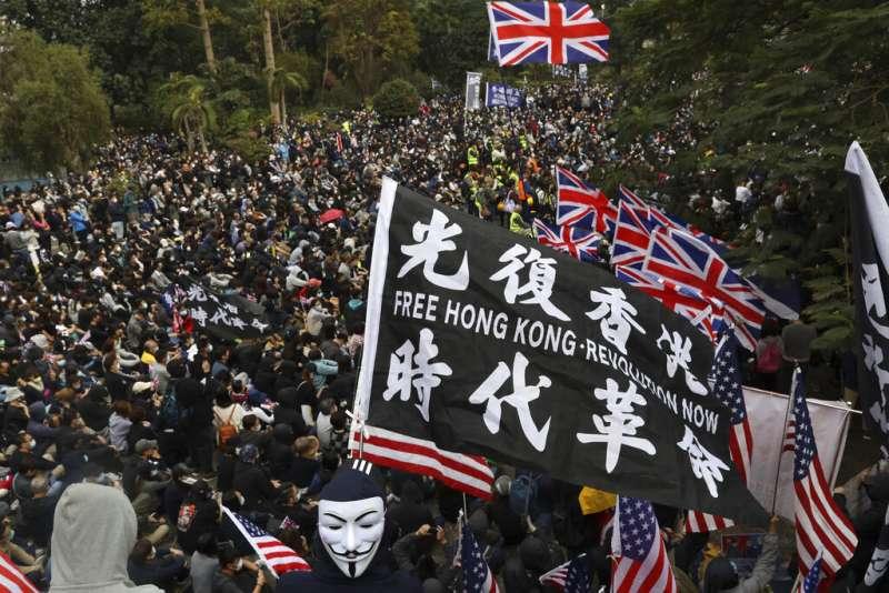 曾在香港街頭抗爭樹立無數次的標語「光復香港、時代革命」,在「港版國安法」通過後已經成為有顛覆國家之嫌的禁語。(美聯社)