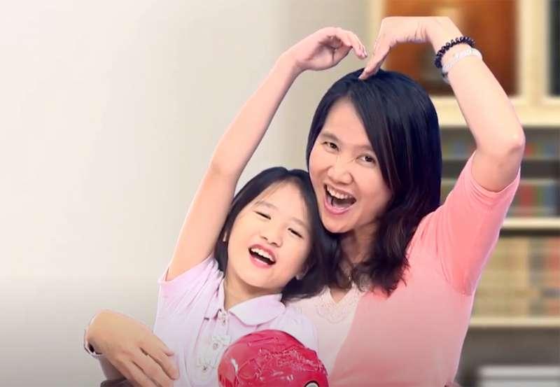 國泰人壽人力資源部同仁程彩虹帶著女兒一起參加「十分幸福公益樂捐」,女兒把存了很久的小撲滿全數捐出來,幫助公益團體。(圖/國泰人壽提供)