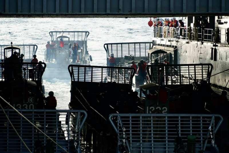 國軍漢光36號演習今(13)天正式「開打」,海軍艦隊指揮部臉書披露進行登陸作戰的海上船團作業情況。(海軍艦隊指揮部臉書)
