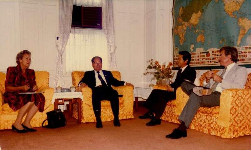 作者陪同邱創煥主席會見華盛頓郵報發行人葛拉翰夫人。(1986年10月)